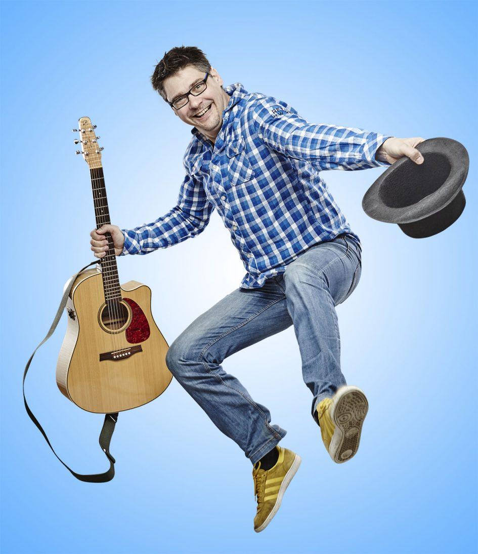 Iszkiri gyerekzenekarban énekes, gitáros, zeneszerző, dalszövegíró