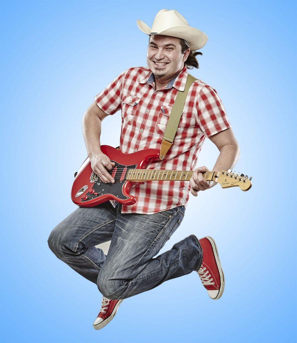 az Iszkiri gyerekzenekar énekese, gitárosa
